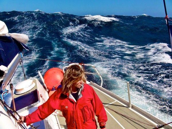 Géraldine Danon à bord du voilier Fleur Australe lors de son expédition dans le Pacifique.