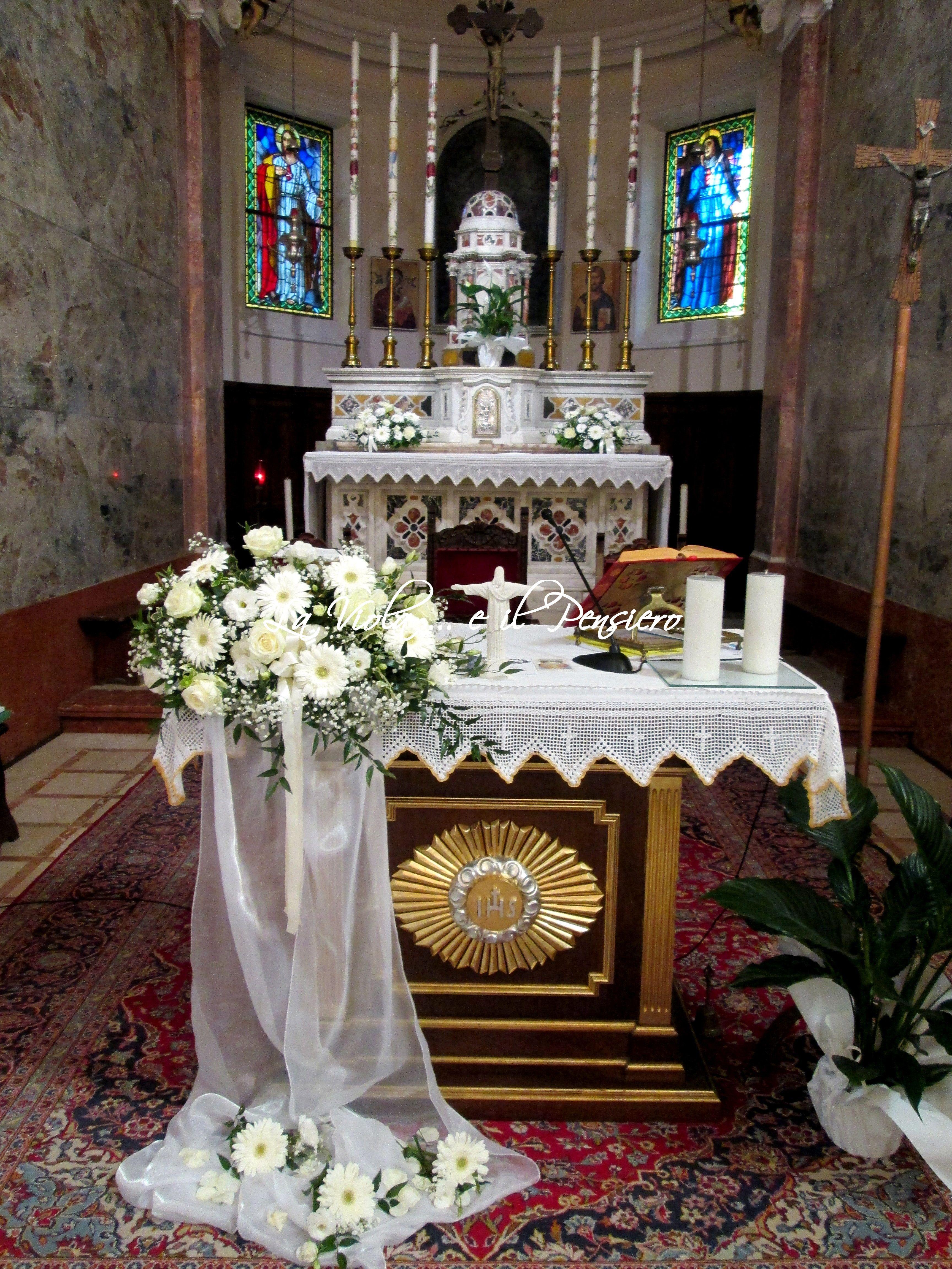 Allestimento Altare Con Rose Bianche Lisianthus Bianchi Gerbere Bianche E Cerimonie Matrimoniali Composizioni Floreali Matrimonio Matrimonio Con Rose Bianche