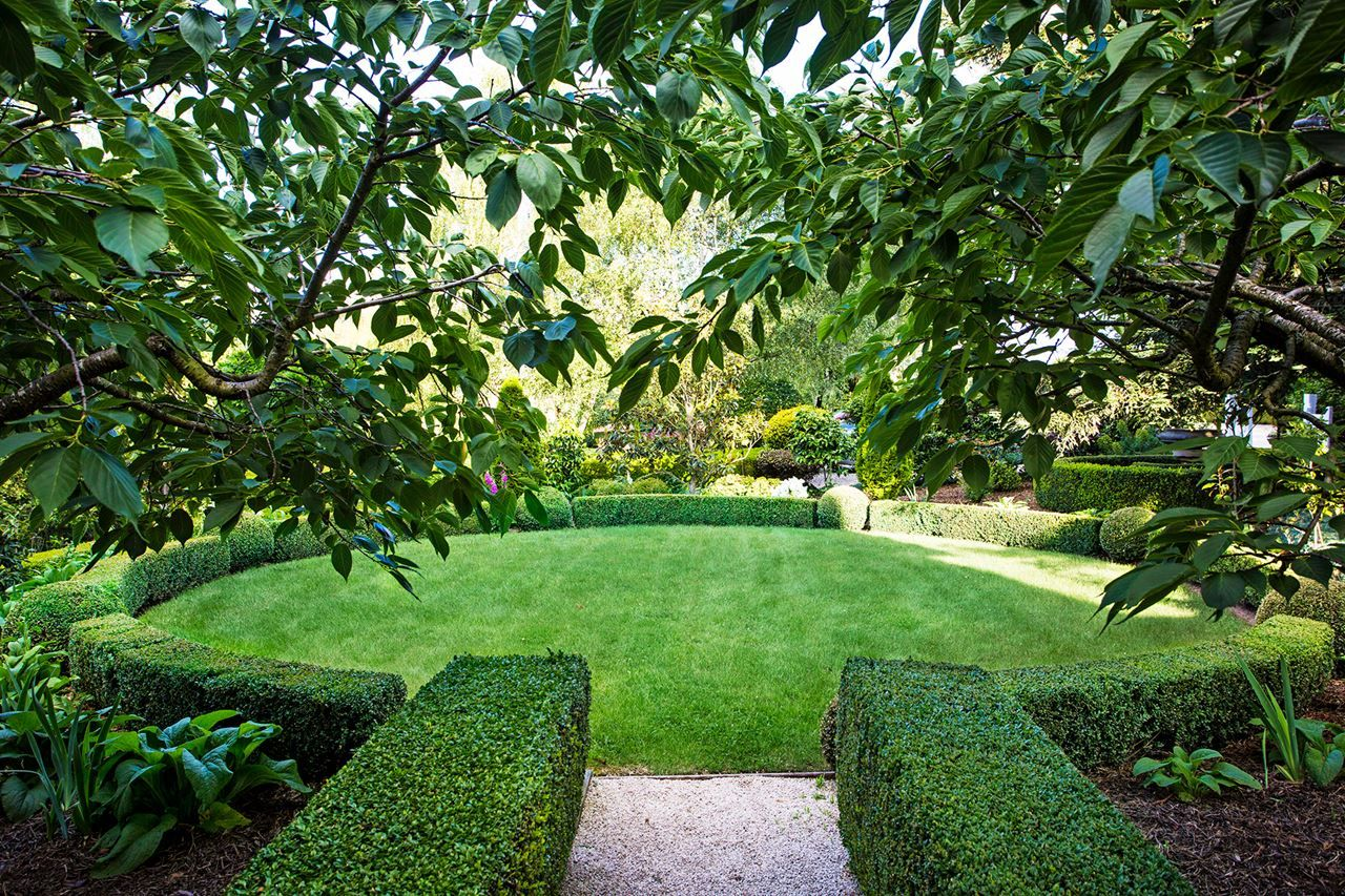 Front garden features  The circular lawn near the homeus front entrance features the