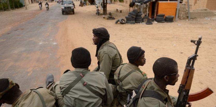 """01.04.13 / """"Pour le moment c'est calme à Tombouctou"""" / Des soldats maliens patrouillent à Tombouctou (ERIC FEFERBERG / AFP)"""
