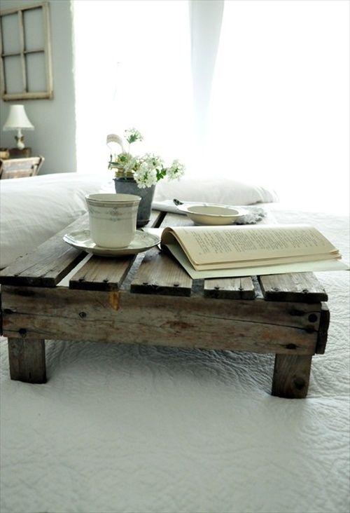 Un plateau en palette pour prendre le petit déjeuner au lit  http://www.homelisty.com/meuble-en-palette/