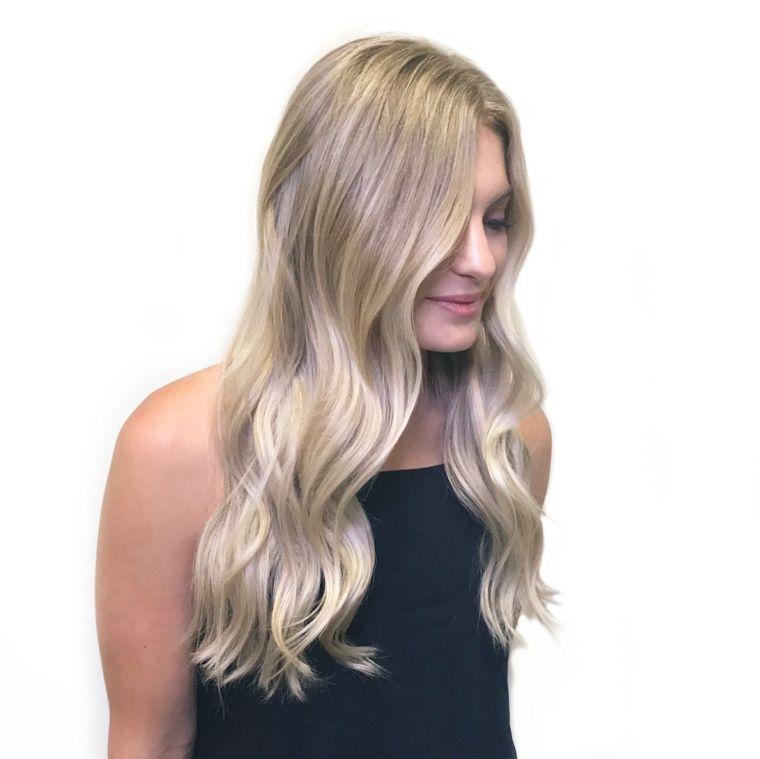 una proposta di tinta biondo platino su una base di capelli biondo scuro 44be80918860