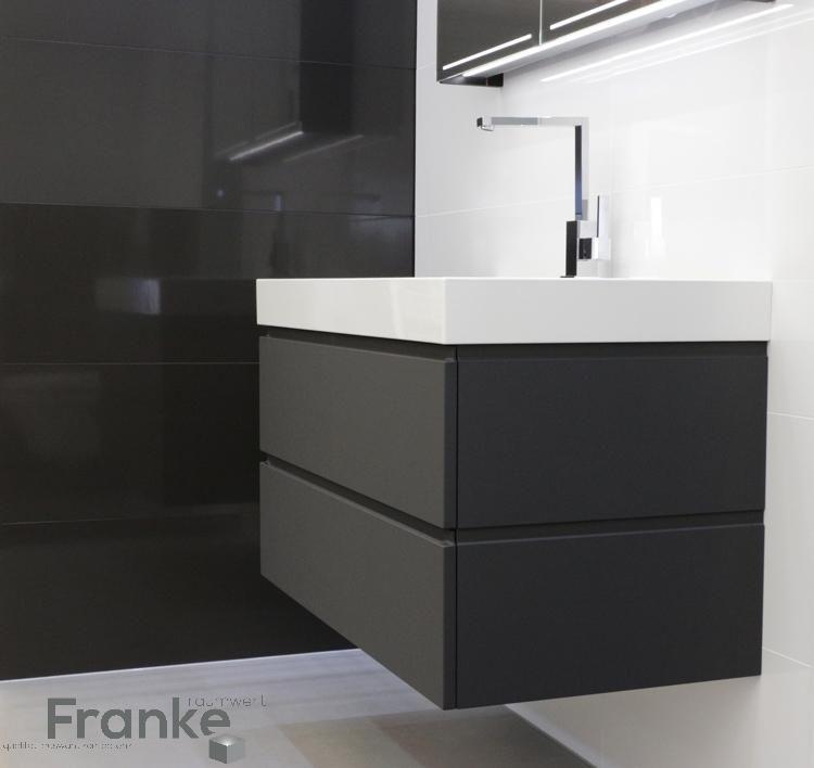 Neuste Waschtischanlage bei uns neu eingetroffen schlicht aber - schwarz wei fliesen bad