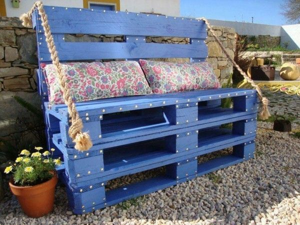 Sitzbank aus Paletten selber bauen blau streichen balkon
