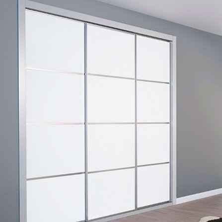 Armario empotrado de puertas correderas con cristal blanco for Puertas armarios empotrados