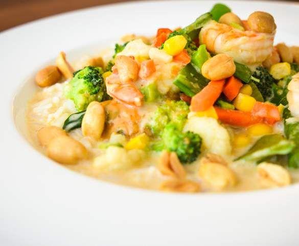 Thai-Curry mit Gemüse, Garnelen und Reis - Scharf