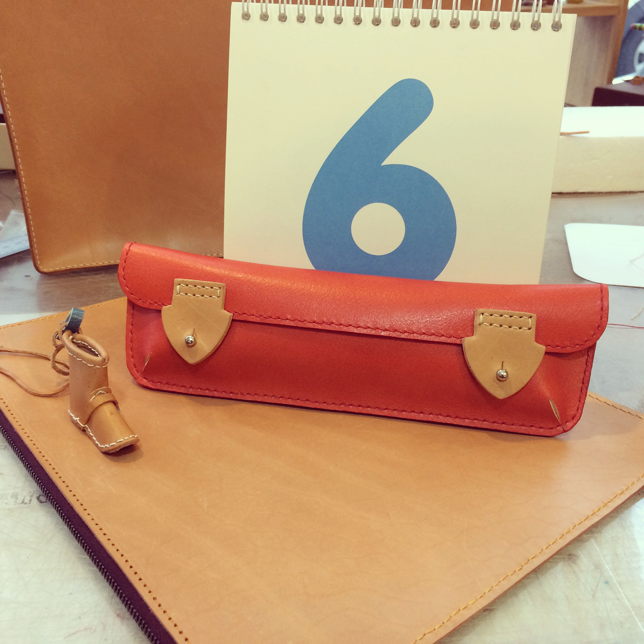 wondermade atelier ~ leather , pencil case , pouch , handemade , saddle stitch, lin cable, ltaly leather