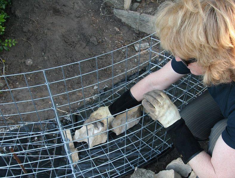Llenar las jaulas de gaviones, a partir de bloques de hormigón rotos