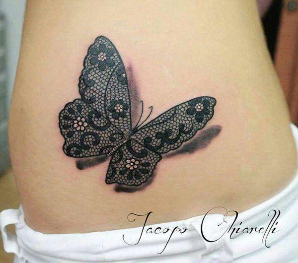 Joli papillon tatoué en dentelle. Tatouage