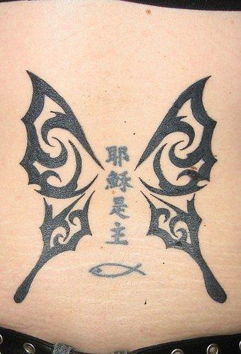 Photo of Ailes de papillon tribal avec tatouage hiéroglyphes #hieroglyphicstattoo Crosse tribale …