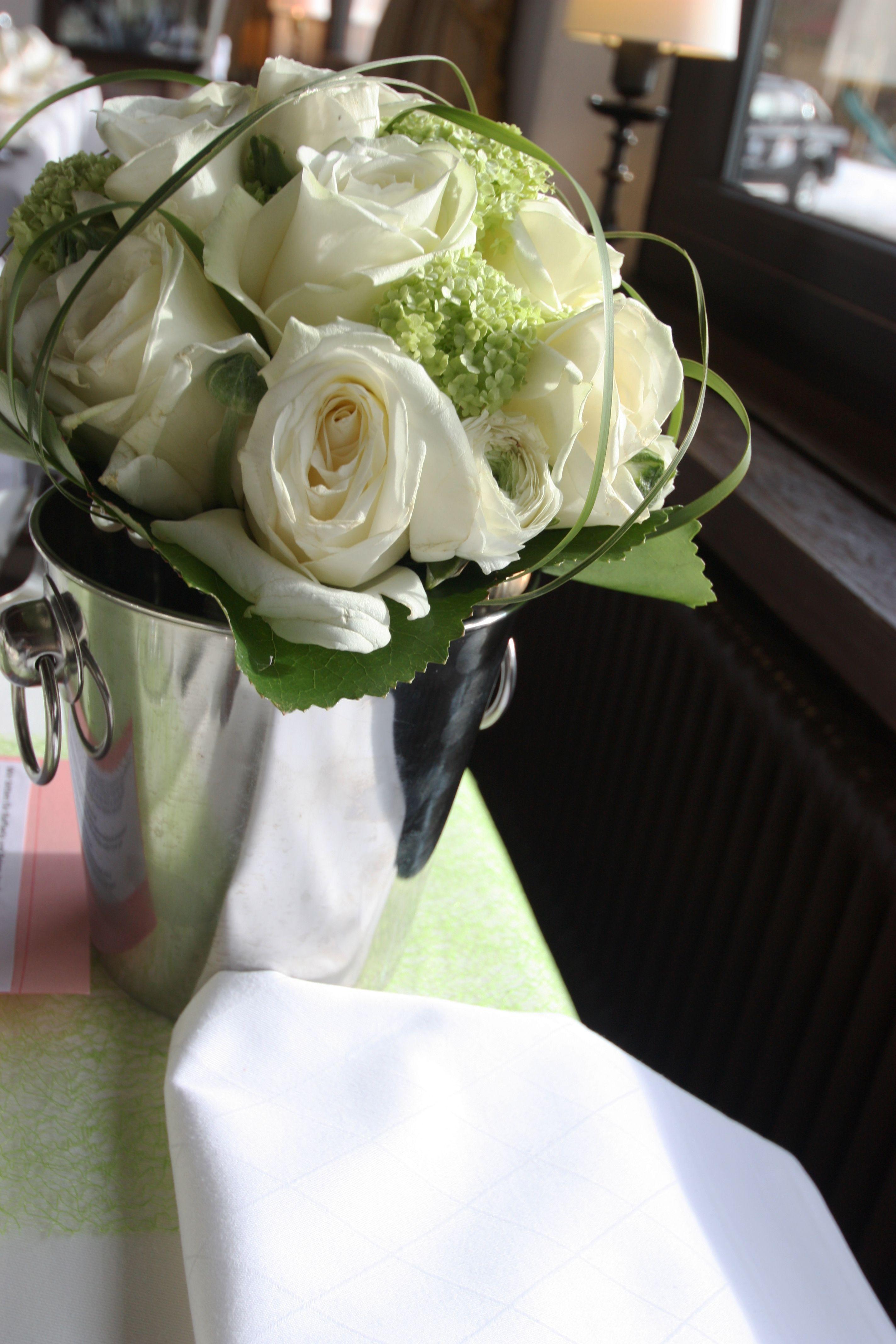 brautstrau wei und gr n rosenkugel bridal bouquet white roses heiraten in bayern hochzeit. Black Bedroom Furniture Sets. Home Design Ideas