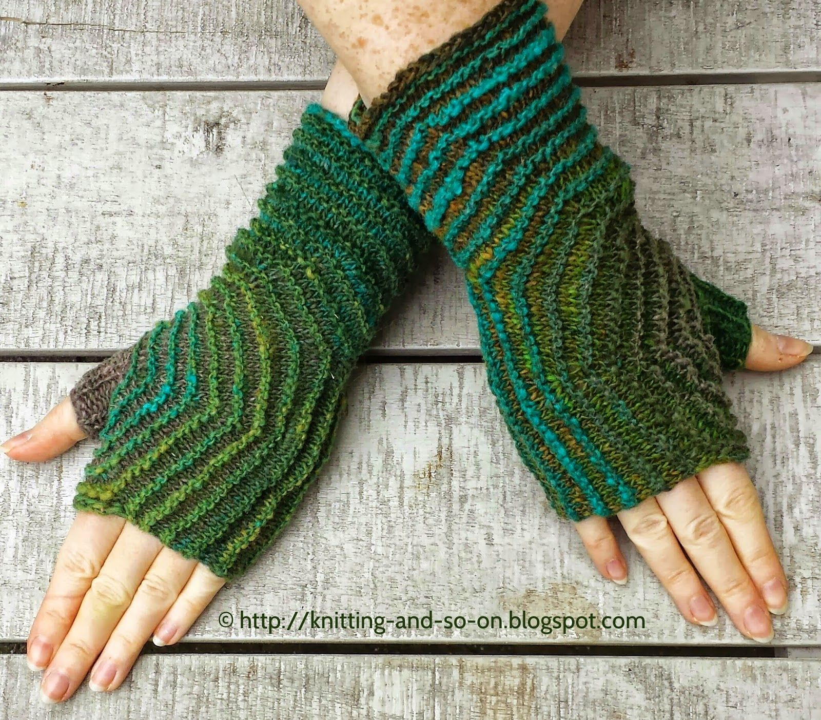 Free Knitting Pattern: Hexagon Mitts in Two Colors | Knitting ...
