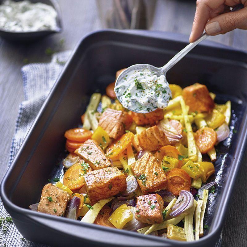 Groenten uit de oven met zalm en kruidencrème | Gezonde Recepten | WW Nederland