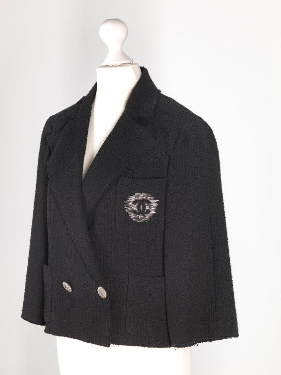 Chanel Auktion Lot 17: Chanel Blazer, schwarzer Bouclé Stoff, französische Größe 40 (entspricht deutsche Größe 38), Rückenlänge außen 42 cm, Lange Rücken 52 cm. Mehr Information auf der Website
