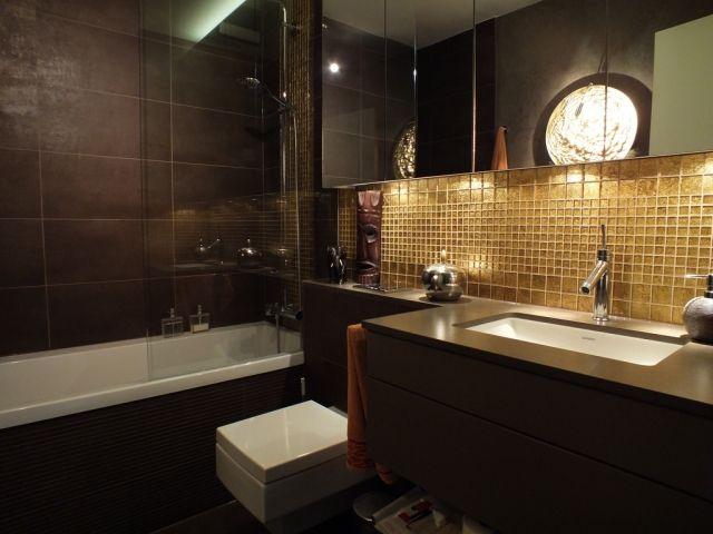 Kleines Badezimmer Badewanne Dusche  Kombination Goldener Mosaik Fliesenspiegel