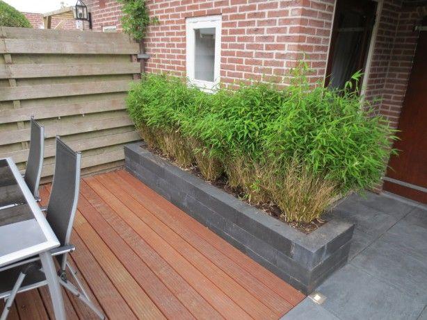 Kleine tuin met bestrating en hardhouten vlonder naar ontwerp van