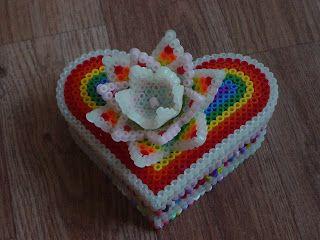 een hartvormig doosje van strijkkralen.