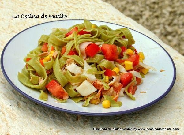 Cintas verdes con atún maiz y tomate.