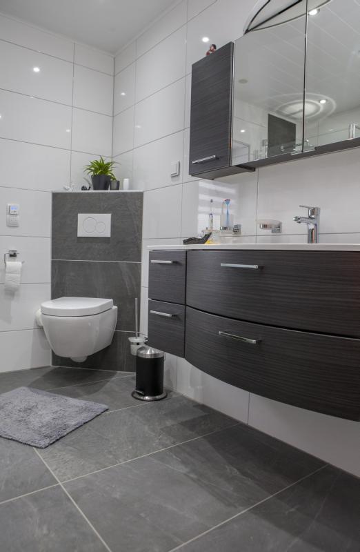 Schr g angebrachtes wc praktisch und elegant bathroom for Badezimmer renovieren ideen