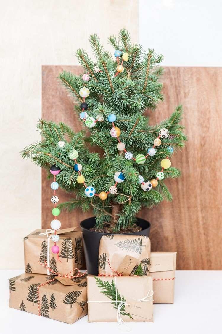 guirlande de Noël à faire soi-même en plusieurs perles de bois multicolores