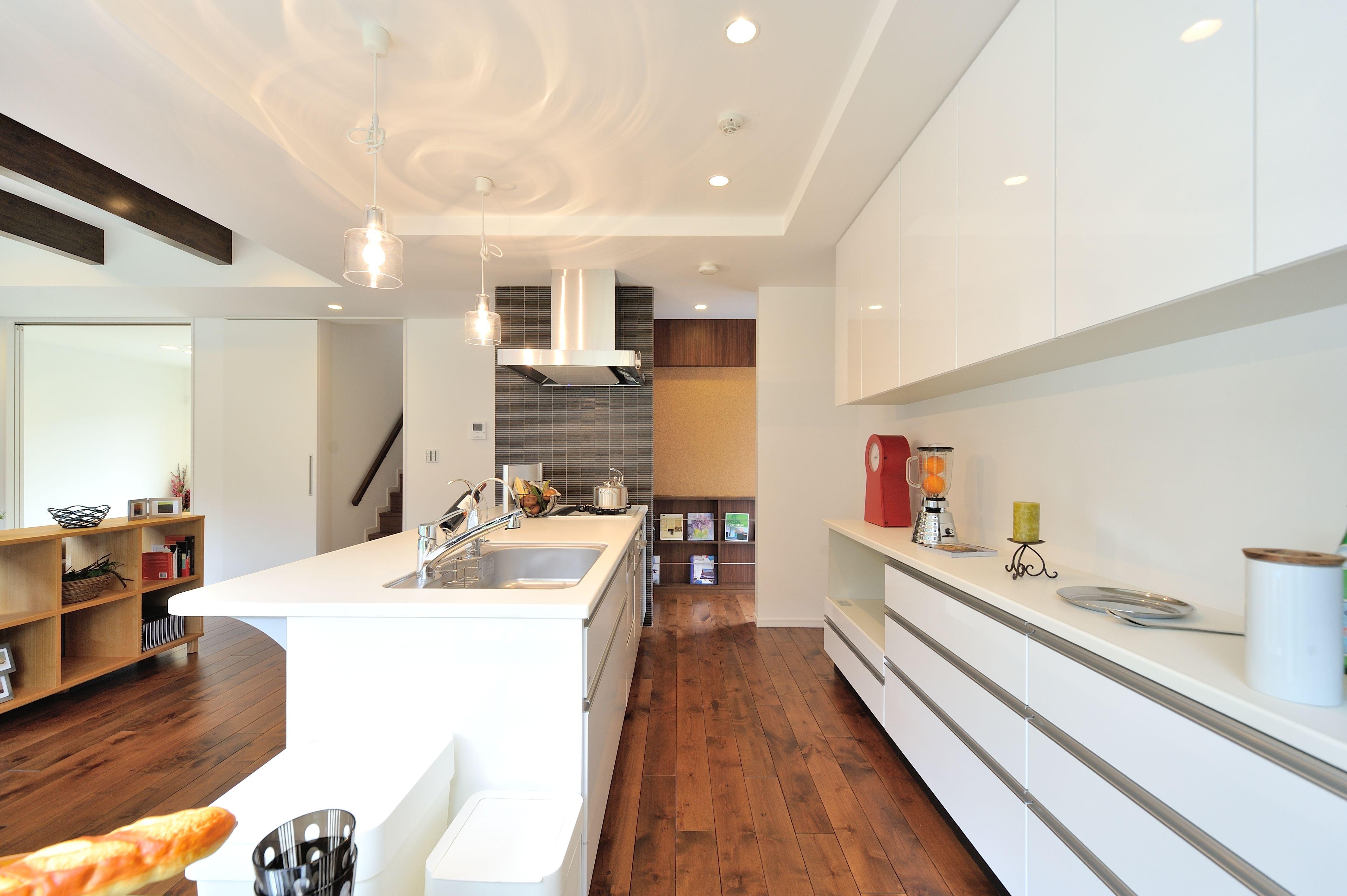 キッチン 横の壁にはアクセントにタイルを施したオープンキッチン
