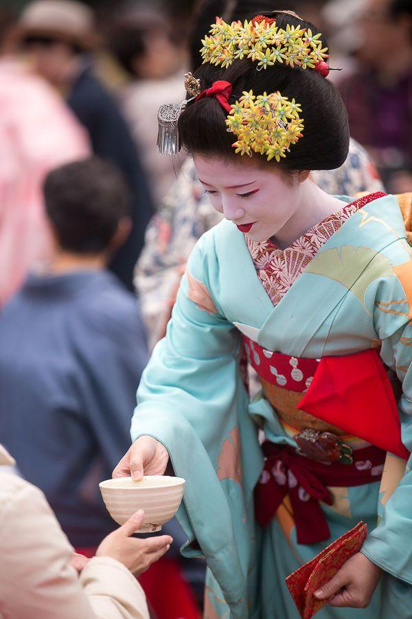 Maiko Katsuna serving tea at the Nishijin kimono...