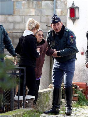 Idosos retirados de lares ilegais  Quarenta pessoas foram ontem retiradas de dois lares – o Idoso 24, em Vila Nogueira de Azeitão (Setúbal), e o Centro de Dia da Quinta do Conde (Sesimbra) – por