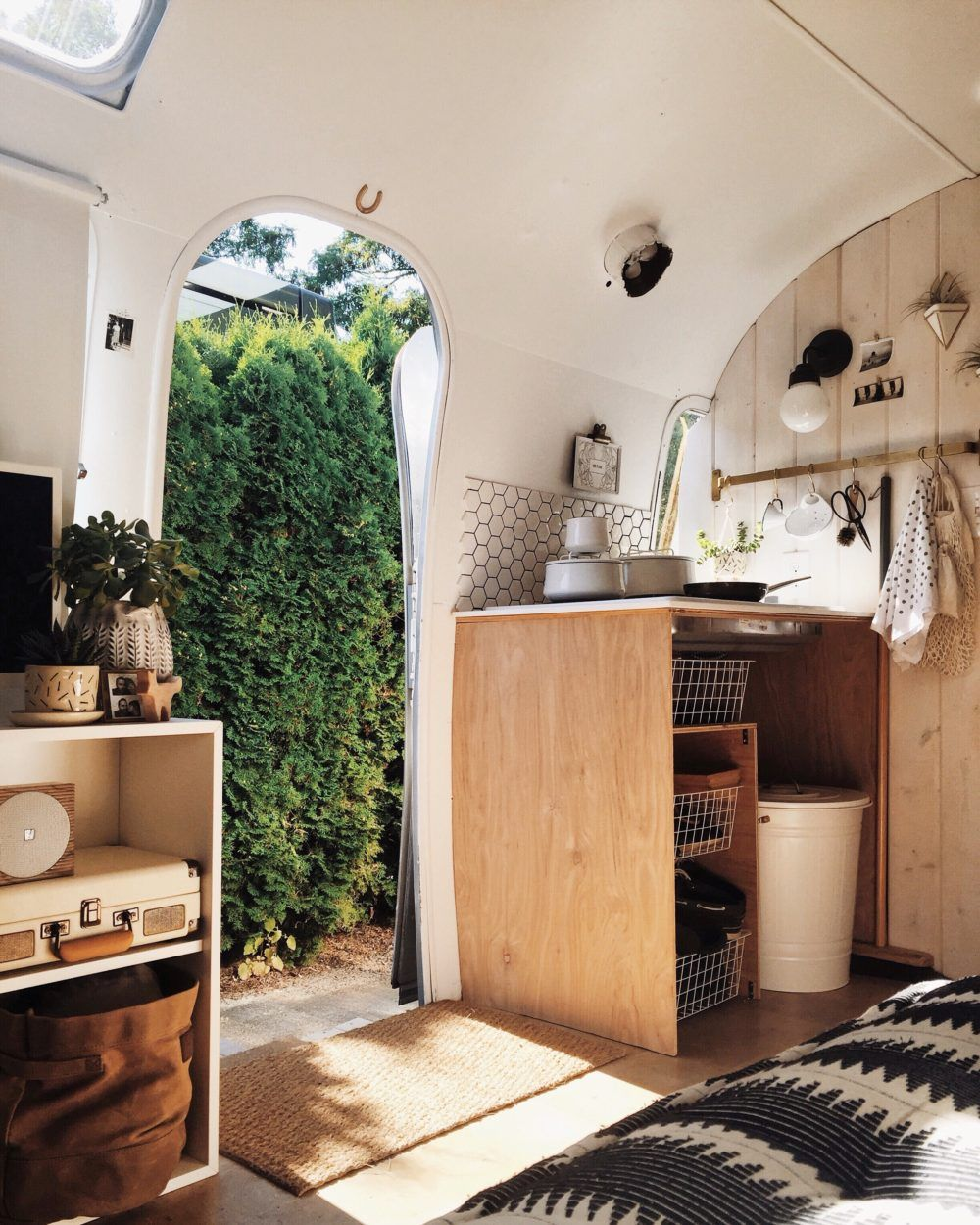 Before Amp After An Airstream Trailer In Seattle Gets A Complete Makeover Design Sponge