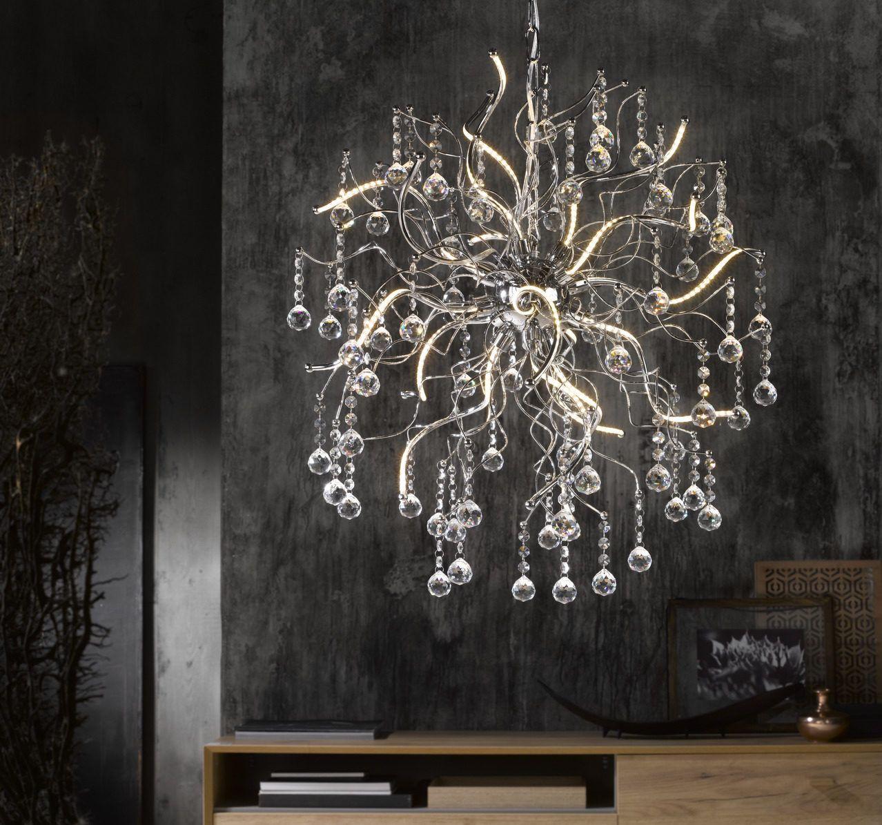 Hochwertiges Designerstück mit Wow-Effekt: Dieser Kristalllüster verzaubert mit einem detailreichen Design und herrlichen Materialien.