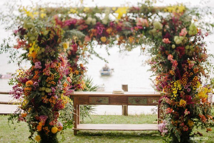 Casamento Boho: surpreenda-se com este estilo Procurando um estilo com personalidade, sem perder o romantismo? Então o casamento boho pode ser o certo para você! Vem se encantar com as nossas dicas!