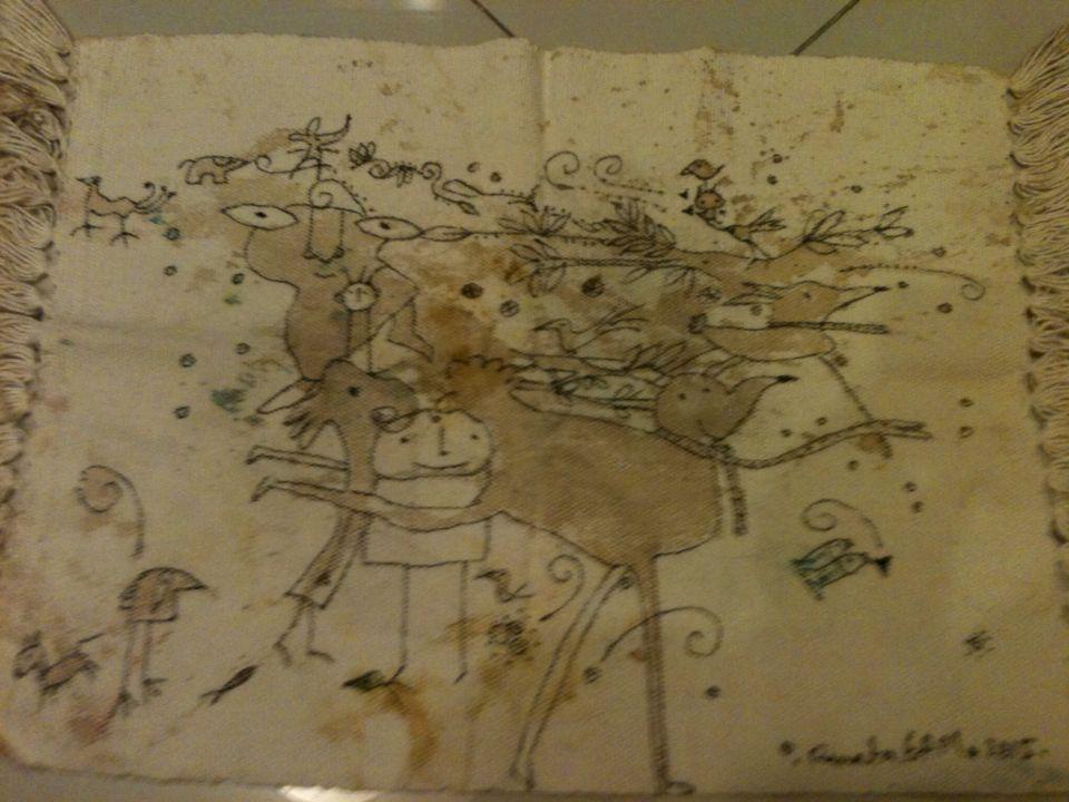 Jogo americano com manchas de café. Desenhos a partir dessas manchas.Feito por Renata GAM.