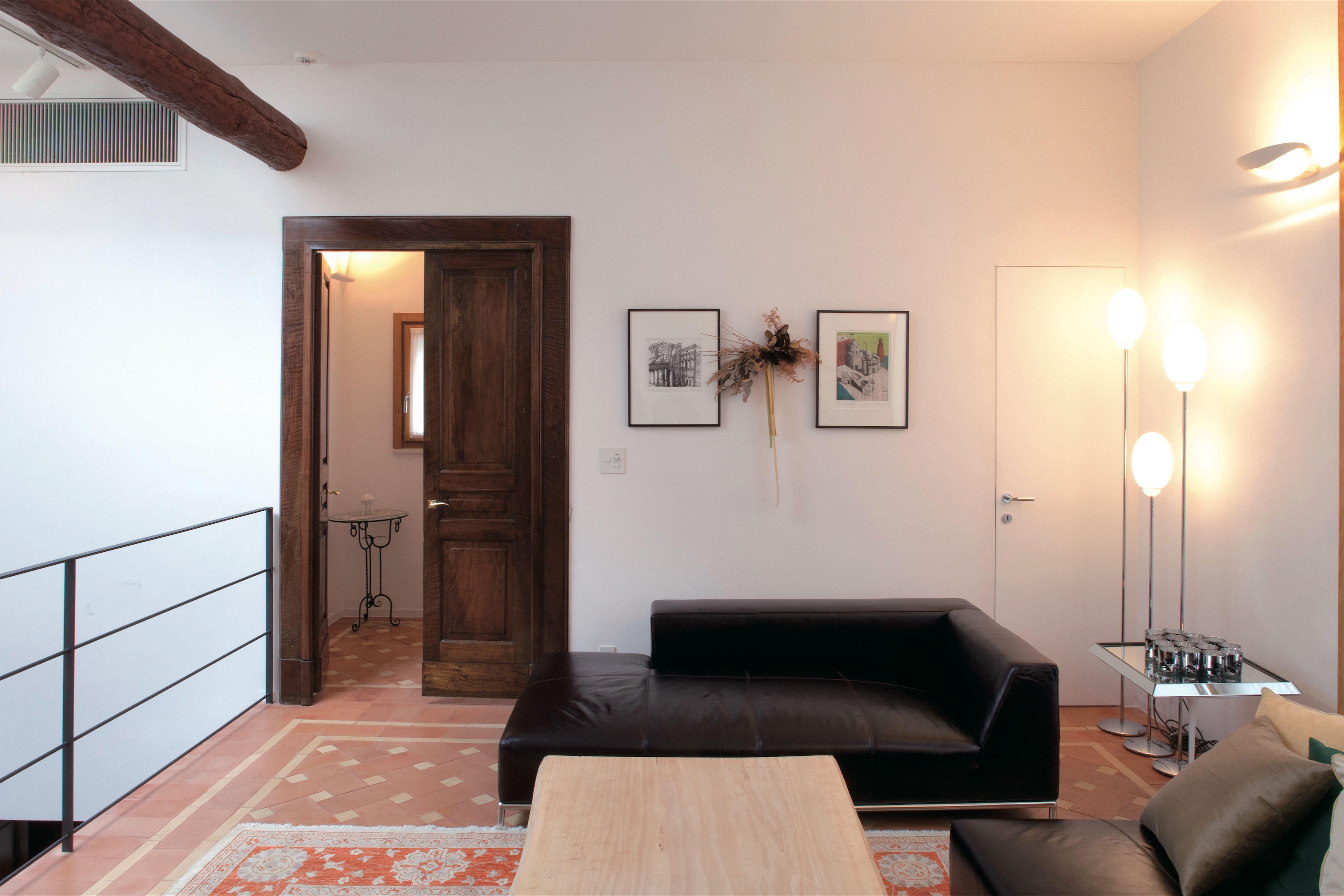 リビングはイントナーコ イタリア漆喰 仕上げの壁とテラコッタの床