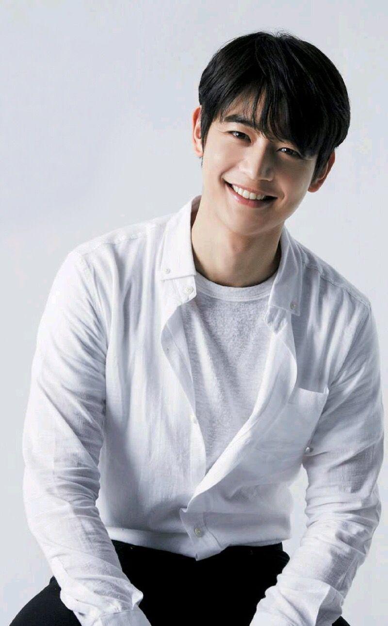 Choi Min Ho Better Known As Minho Is A South Korean Singer Rapper And Actor He S A Member Of Famous Kpop Boy Group Shinee Aktor Selebritas Aktor Korea