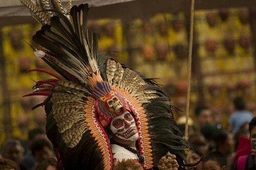 ElDía de Muertoses una celebraciónmexicanade origenmesoamericanoque honra a losdifuntosel2 de noviembre, comienza desde el1 de noviembre, y coincide con las celebracionescatólicasdeDía de los Fieles DifuntosyTodos los Santos