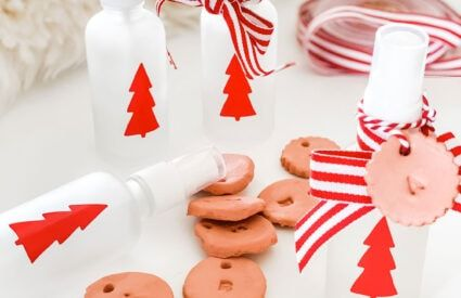 Lifestyle Blogger Annie Diamond makes mini holiday room sprays using essential oils like Christmas Spirit & orange with festive decals on frosted bottles and adds a bit of ribbon, twine and diffuser tag to give to friends all through the holidays! #essentialoilgifts #giftsusingessentialoils #holidaydiygifts #diygifts #roomspray #essentialoilroomspray #festiveroomspray #smalldiygifts #hostessgifts #partyfavors
