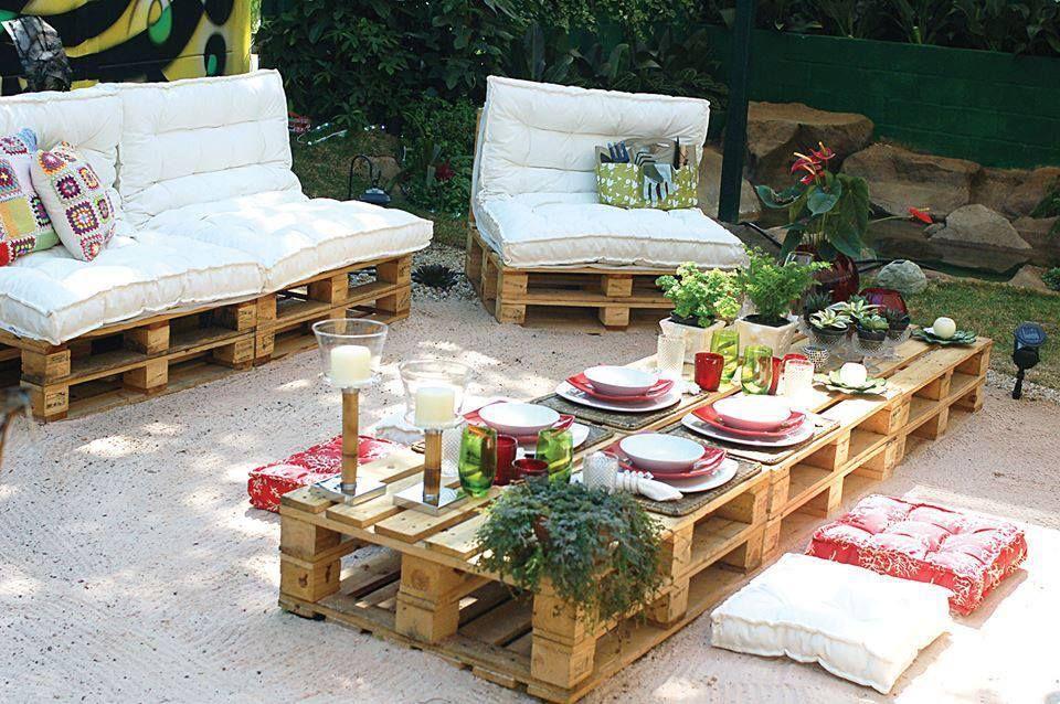 Canap de jardin avec des palettes en bois dans le jardin pinterest mobilier de salon - Canape jardin palette ...