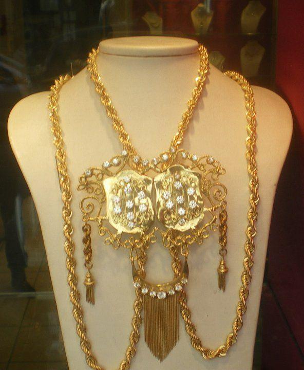 كرافاش بولحية من المجوهرات الجزائرية التقليدية يشتهر كثيرا في الشرق الجزائري و يلبس مع القندورة القسنطينية Traditional Jewelry Jewelry Center Jewelry