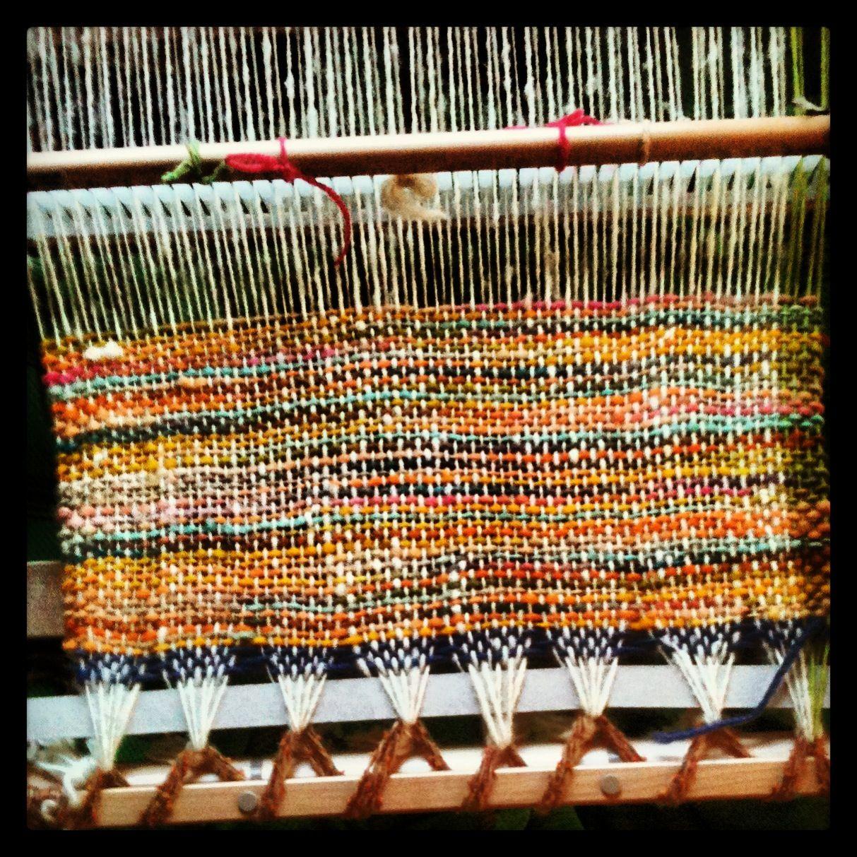 Tela de lana hilada en rueca, proveniente de Lonquimay. Esta lana es especialmente suave, por las bajas temperaturas de la zona, sus ovejas producen lana de excelente calidad