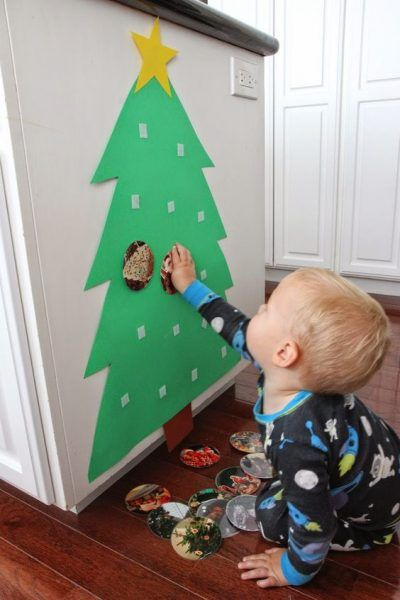 Árvore de feltro com velcro - DIY - 10 ideias de decoração de Natal para fazer com as crianças   Macetes de Mãe