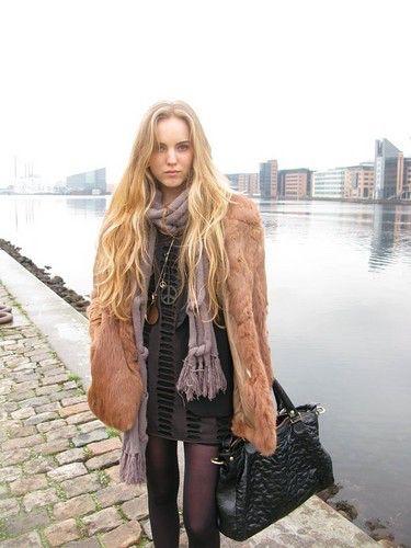 Imagen de http://cdnimg.visualizeus.com/thumbs/08/f6/forsomee,black,blond,buildings,fashion,fur-08f6c5d087df234d270784cdd706c2e7_h.jpg.