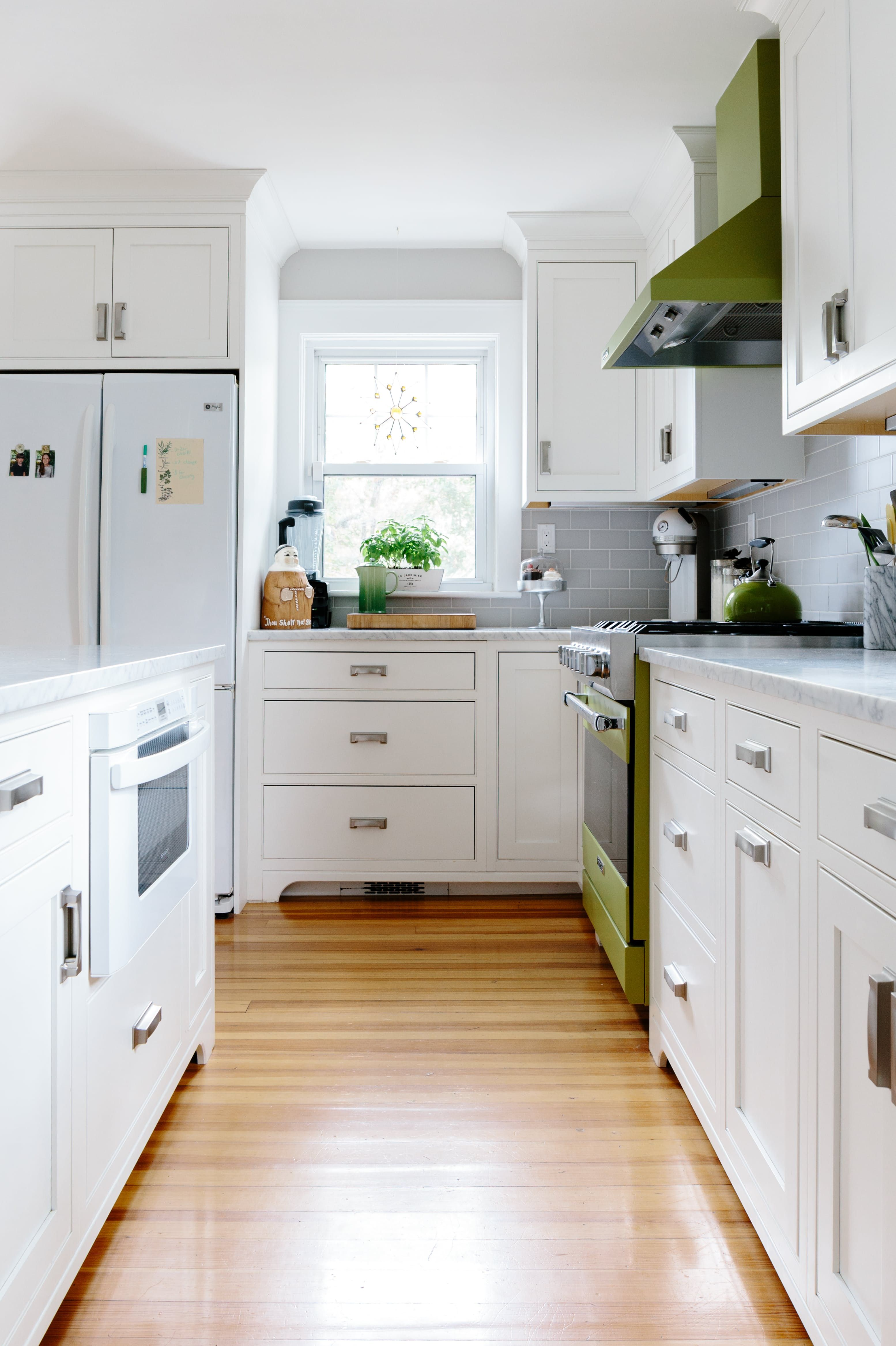 Before And After A 90s Colonial Kitchen Gets A Contemporary Spin Colonial Kitchen Kitchen Layout Kitchen