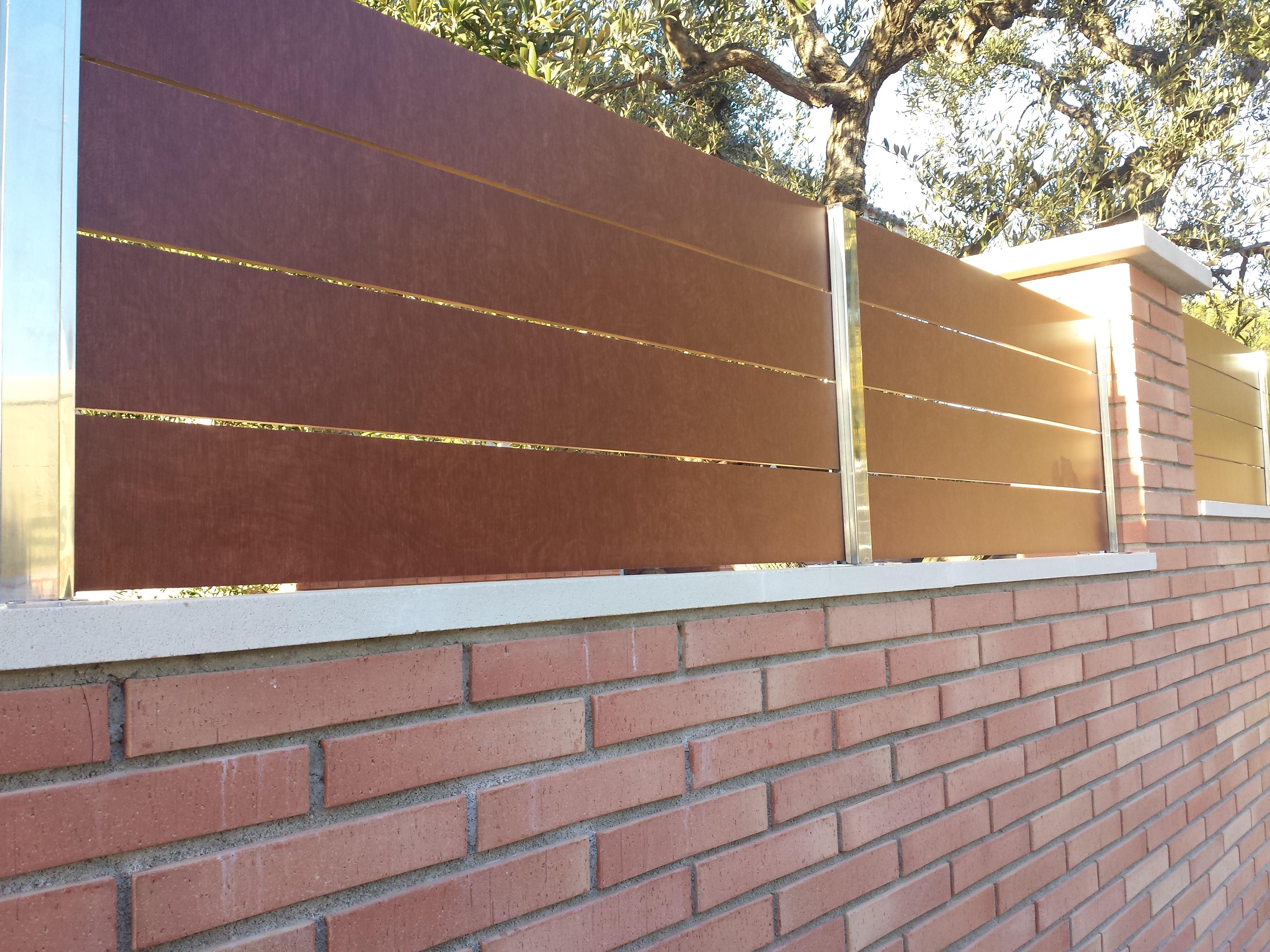 Valla con lamas de compacto fenolico de imitaci n madera - Puertas de valla ...