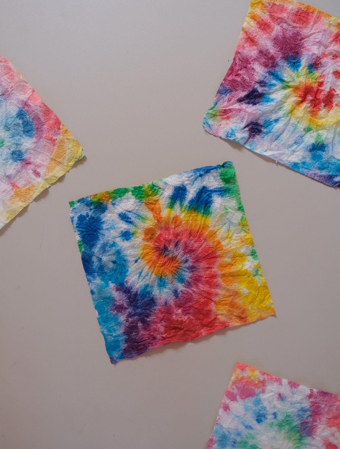 Wir machen Küchenpapier-Batik (und vergessen den ganzen Mist für eine Weile) – wasfürmich