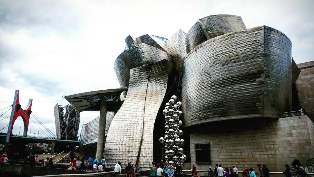Arche de #Buren /Arbre d' #Anishkapoor / Architecture du #Guggenheim de #Bilbao par #FrankGehry : je ne me lasse jamais de cette vue <3 #Bilbao @museoguggenheim #museobilbao #museoguggenheimbilbao  #artcontemporain #architecture #architectureporn #instarchitecture