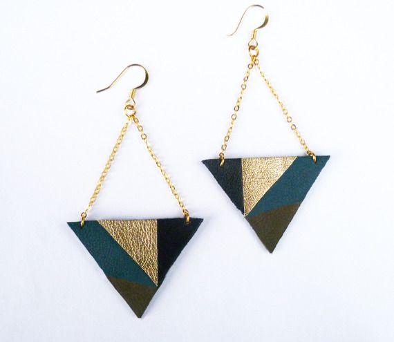 Bijoux graphique triangle en cuir noir doré bleu vert kaki - chaine plaqué or - bijoux fait main à Paris par Adorness