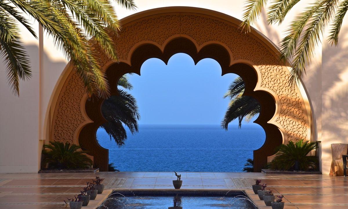 L'hôtel Shangri-la Al Husn est situé au coeur de la baie de Bandar Jissah à Mascate. Véritable pépite, cet hôtel est un havre de paix à Mascate (Oman).