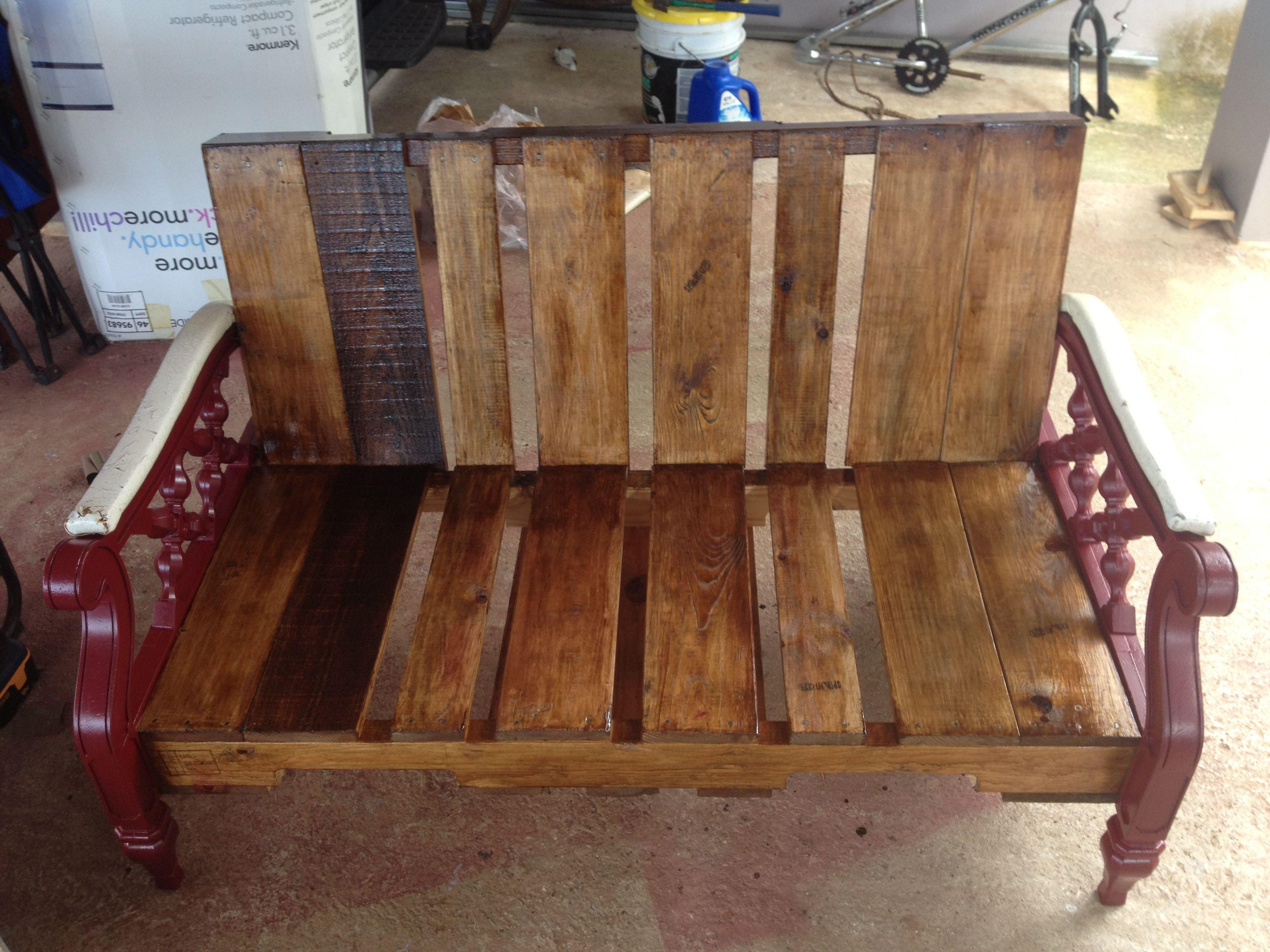 Mueble hecho con tarimas o paletas y sus brazos o patas de for Muebles de jardin hechos con tarimas