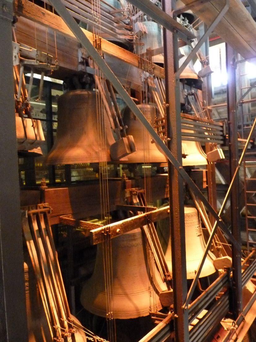 Le carillon de Mons : un ensemble de 49 cloches, actionnées par le tambour  du carillon.