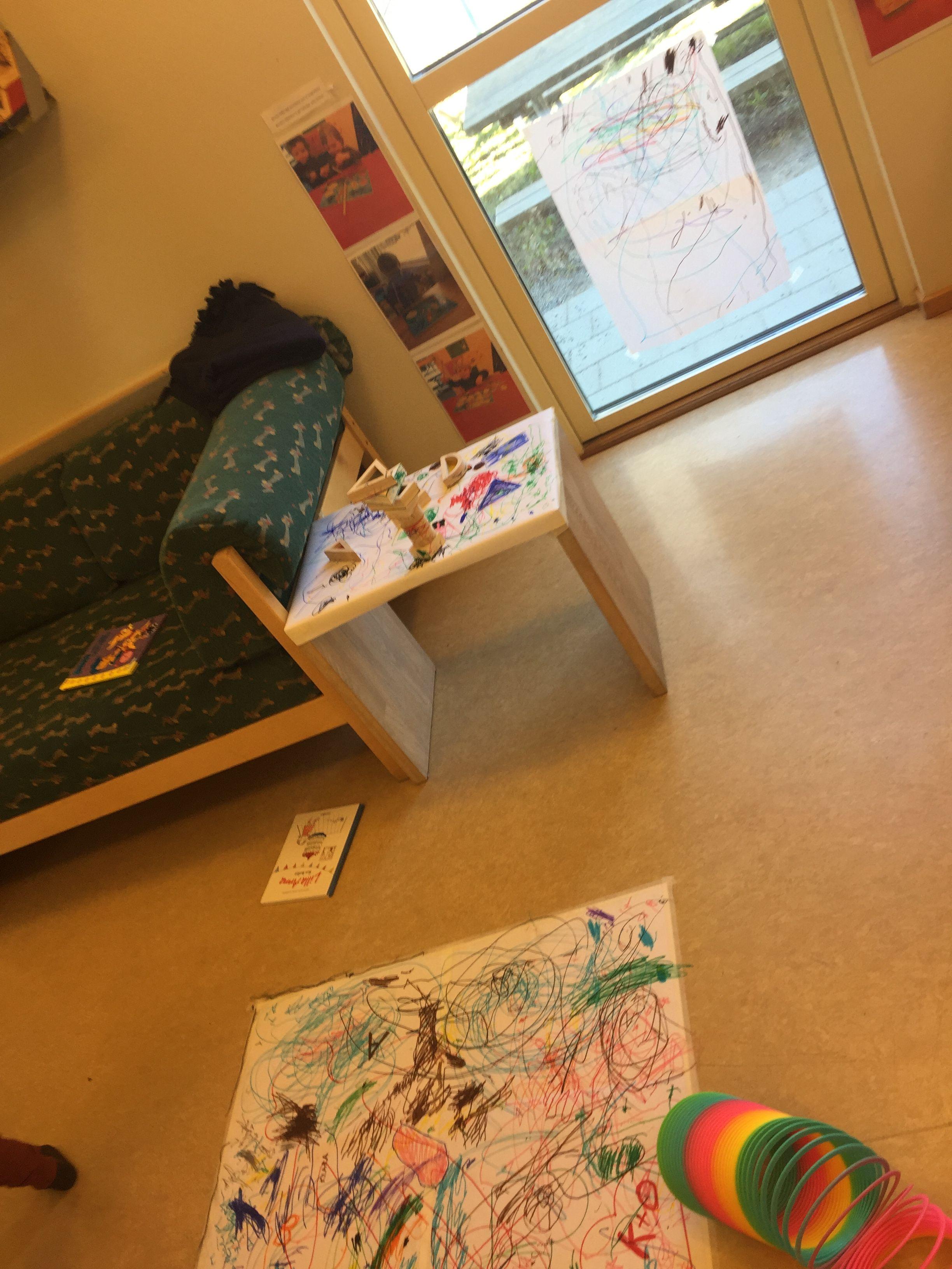 Att rita i olika nivåer för 1-2 åringar... Här upptäcker de färger och vad en pennas egenskaper kan ha...
