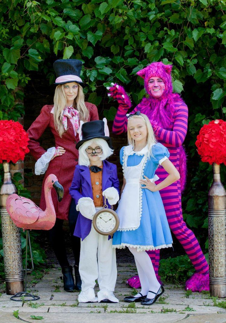 Familie mit thematischer Verkleidung aus Alice im Wunderland ...